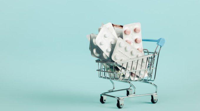 Imagem De Uma Miniatura De Carrinho De Supermercado Com Várias Cartelas De Medicamentos Orais, Em Representação Custeio De Quimioterapia Oral Por Planos De Saúde