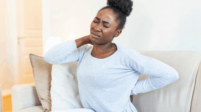 Mulher Negra Com Mão No Pescoço Com Uma Expressão De Dor